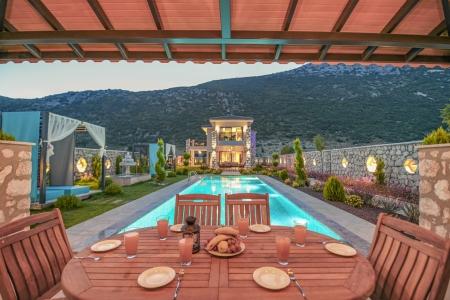 Kalkan Bezirgan'da Açık &  Kapalı Havuzlu 2+1 Satılık Villa